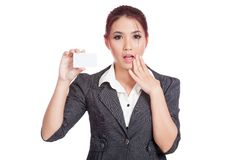 Leere Karte der asiatischen Geschäftsfrauüberraschungsshow Lizenzfreies Stockfoto