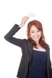Leere Karte der asiatischen Show des Büromädchens glücklichen über ihrem Kopf Lizenzfreie Stockfotos