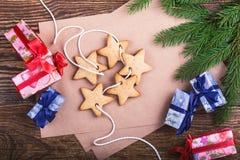 Leere Karte des Kraftpapiers für Feiertagsmitteilung, handgemachte Geschenkboxen Lizenzfreie Stockbilder