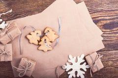 Leere Karte des Kraftpapiers für Feiertagsmitteilung, handgemachte Geschenkboxen Stockbild