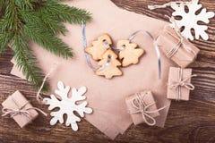Leere Karte des Kraftpapiers für Feiertagsmitteilung, handgemachte Geschenkboxen Lizenzfreies Stockfoto