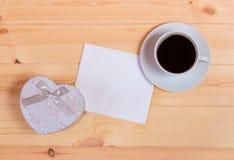 Leere Karte, Herzformgeschenkbox und Kaffeetasse Lizenzfreie Stockfotos