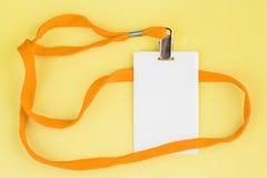 Leere Karte Identifikation/Ikone mit einem orange Gurt auf einem gelben Hintergrund Lizenzfreie Stockfotografie