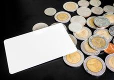 Leere Karte mit Losen Münzen auf schwarzem Hintergrund Lizenzfreie Stockfotografie