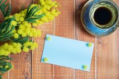 Leere Karte mit Mimose und Kaffee Lizenzfreie Stockbilder