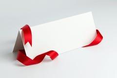 Leere Karte mit rotem Farbband Stockfoto
