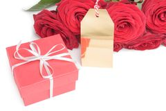 Leere Karte, roter Kasten und Rosen Stockfotos