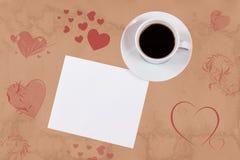 Leere Karte und Kaffeetasse mit Raum für Ihren Text Abbildung der roten Lilie Lizenzfreie Stockbilder