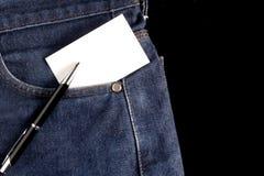 Leere Karte und Stift an den Jeans Stockbilder