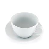 Leere keramische Teeschale über weißer Platte stockfoto
