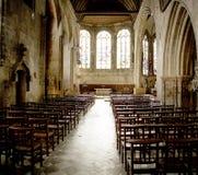 Leere Kirche mit Schemeln Stockfotografie