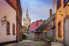 Leere Kopfsteinstraßen und Kirchturm in der Kleinstadt von Cesis Lizenzfreies Stockfoto