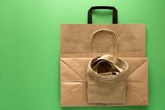 Leere Kraftpapier- und Leinenfalltaschen Browns auf gr?nem Hintergrund Beschneidungspfad eingeschlossen Eco, das vom Mahlzeitkonz stockfoto