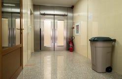 Leere Krankenhaushalle mit Metalltür Stockfoto