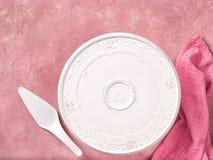 Leere Kuchenplatte und -spachtel auf rosa konkretem Hintergrund stockfotos