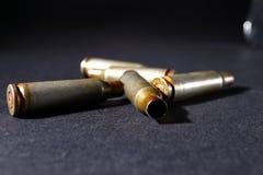 Leere Kugelpatronenhülsen, auf einem schwarzen Hintergrund, rauchen Lizenzfreies Stockfoto
