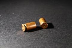 Leere Kugelpatronenhülsen, auf einem schwarzen Hintergrund, rauchen Lizenzfreie Stockfotos