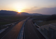 Leere Landstraße auf Sonnenuntergang stockbilder
