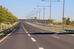 Leere Landstraße ohne Autos und Verkehr stockfoto