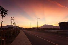 Leere Landstraßenstraße in einer Stadt von Kosovo Lizenzfreie Stockfotos