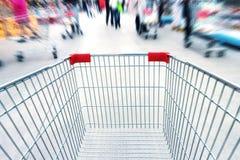 Leere Laufkatze im Supermarkt Stockfotos