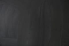 Leere leere schwarze Tafel mit Kreidespuren Stockfotografie