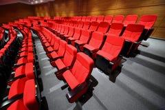 Leere Lehnsesselstandplatzreihen in der Halle Lizenzfreie Stockbilder