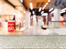 Leere Marmorierungtabelle vor unscharfem Mall Stockbilder