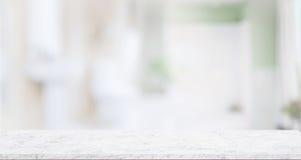 Leere Marmorplattetabelle für Produktanzeigenmontage mit unscharfem Badezimmer Lizenzfreies Stockbild