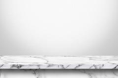 Leere Marmortabelle mit weißem grauem Steigungswandhintergrund Stockbild
