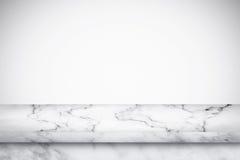 Leere Marmortabelle mit weißem grauem Steigungswandhintergrund Stockbilder
