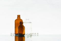 Leere Medizinflaschen auf dem hellen Hintergrund Stockfoto
