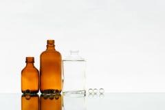 Leere Medizinflaschen auf dem hellen Hintergrund Lizenzfreie Stockfotos