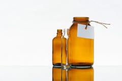 Leere Medizinflaschen auf dem hellen Hintergrund Stockfotos