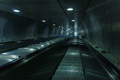 Leere Metrorolltreppentreppe Stockfoto