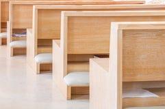Leere moderne Kirchenbänke Stockbild