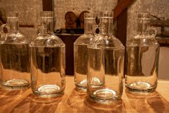 Leere Mondenschein-Flaschen lizenzfreie stockfotografie