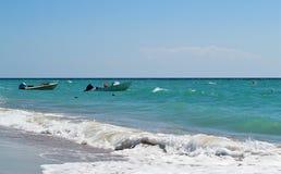 Leere Motorboote im Meer am sonnigen Tag stockfotografie