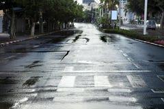 Leere nasse Winter-Straße Stockbilder