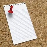 Leere Notiz auf corkboard mit rotem Druckbolzen Stockfotografie