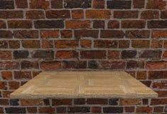 Leere oberste harte Holzfußbodenregale und alter englischer Backsteinmauerhintergrund lizenzfreie stockfotos