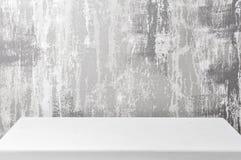 Leere oberste Regale oder Tabellenholz auf Betonmauerhintergrund Für gesetztes Produkt und irgendeine Sache lizenzfreie stockfotos