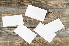 Leere Papiere auf hölzernem Hintergrund lizenzfreie stockfotos