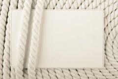 Leere Papierkarte gegen Netzkabel lizenzfreie stockbilder