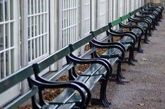 Leere Park-Bank-Reihe Stockfoto