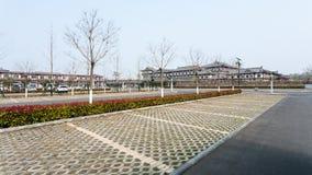 Leere Parkplätze und Hotel im Bereich von Longmen höhlt aus Lizenzfreie Stockfotografie