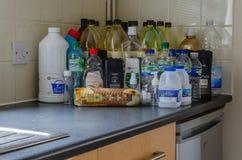 Leere Plastikflaschen auf einem Küche worktop stockfotos