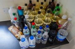 Leere Plastikflaschen auf einem Küche worktop stockbilder