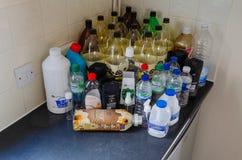 Leere Plastikflaschen auf einem Küche worktop lizenzfreies stockbild