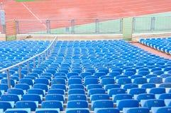 Leere Plastikstühle am Stadion Stockbilder